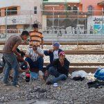 Migrantes bajo las vías del tren en Tultitilán