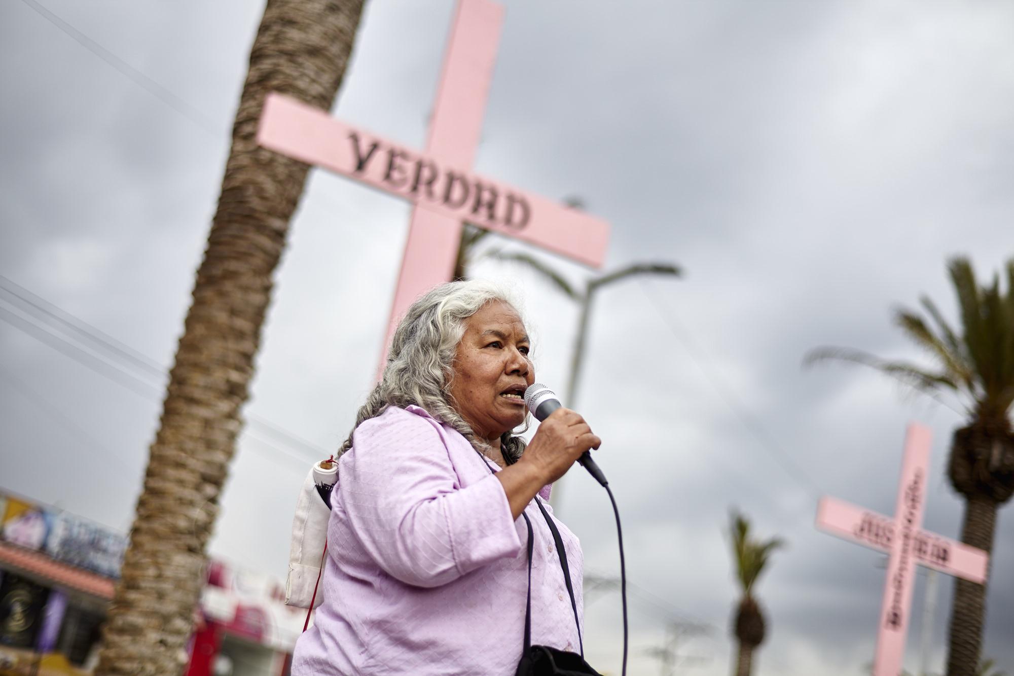 Suman 131 los feminicidios en Estado de México: cruces rosas en Nezahualcóyotl