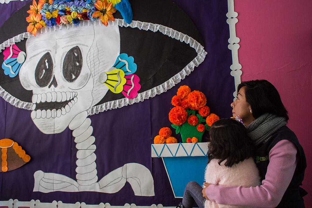 «Maa tärisi, kun lohikäärme tallusti sen pinnalla» – Meksikossa lastentarhanopettaja yrittää selittää maanjäristystä taaperoille
